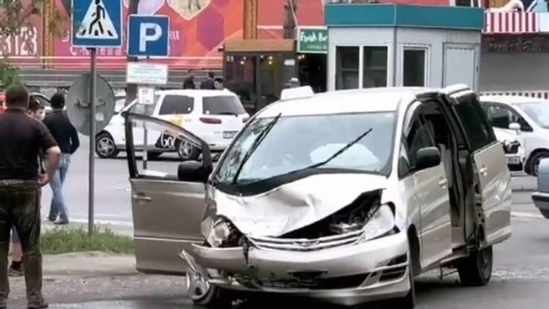 В Бишкеке столкнулись «Тойота» и бус «Мерседес». Видео и фото