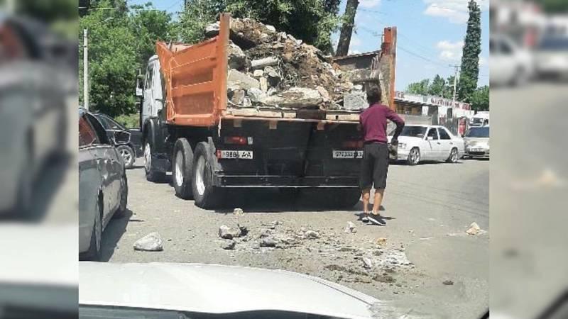 При перевозке материалов на дорогу упали куски бетона