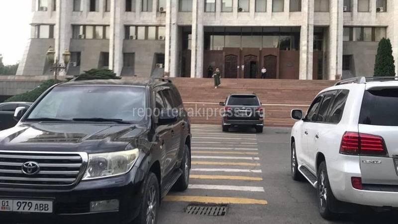 Возле Белого дома «Крузак» и «Лексус» припарковались на пешеходном переходе
