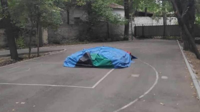 В сквере им.Тоголок Молдо на тротуаре установлен батут. Фото горожанина