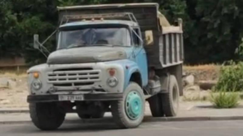 В 12 мкр грузовики портят тротуар. Видео