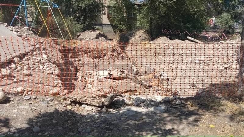 В 10 мкр перерыли детскую площадку и не восстановили. Фото