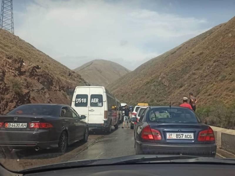 Из-за аварии в Боомском ущелье образовалась километровая пробка. Видео, фото