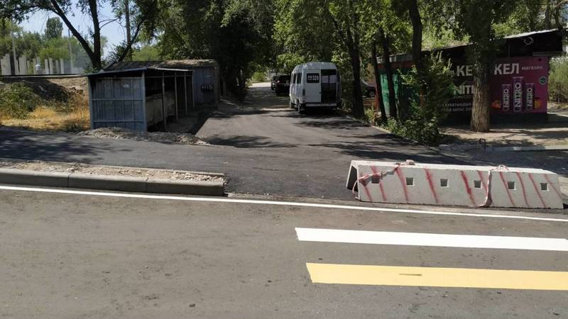 Водители захватывают тротуары на Усенбаева-Линейной. Фото