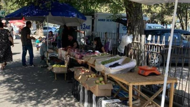Горожанин жалуется на стихийную торговлю на Жибек Жолу. Фото
