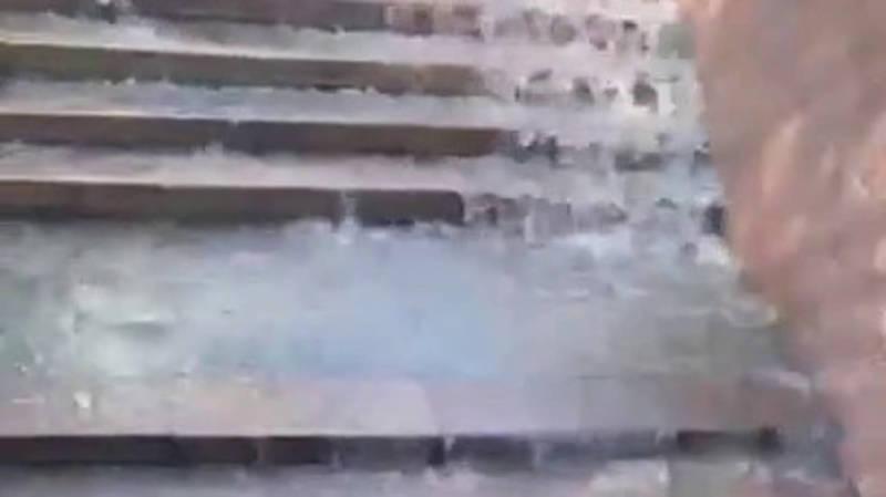 Забитый арык на пр.Манаса затапливает подземный переход, - горожанка