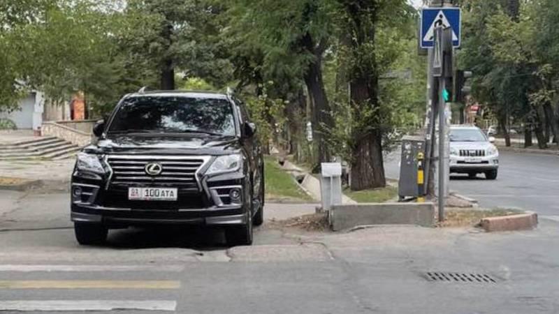 Водитель припарковал «Лексус» на пешеходе. Фото