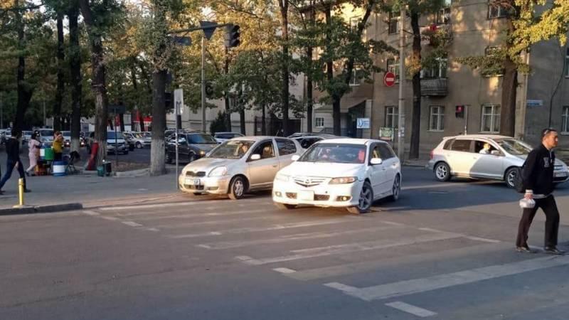 На Боконбаева автомобиль припарковался на перекрестке, включив аварийку. Фото