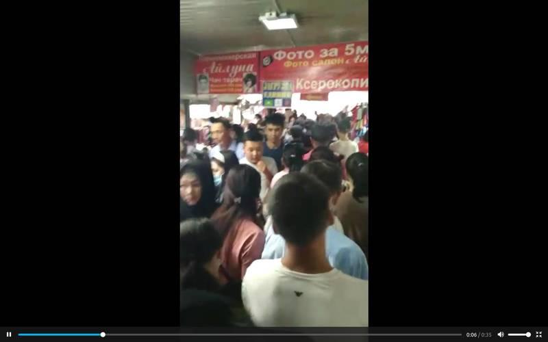Толпа людей в подземке возле Ошского рынка