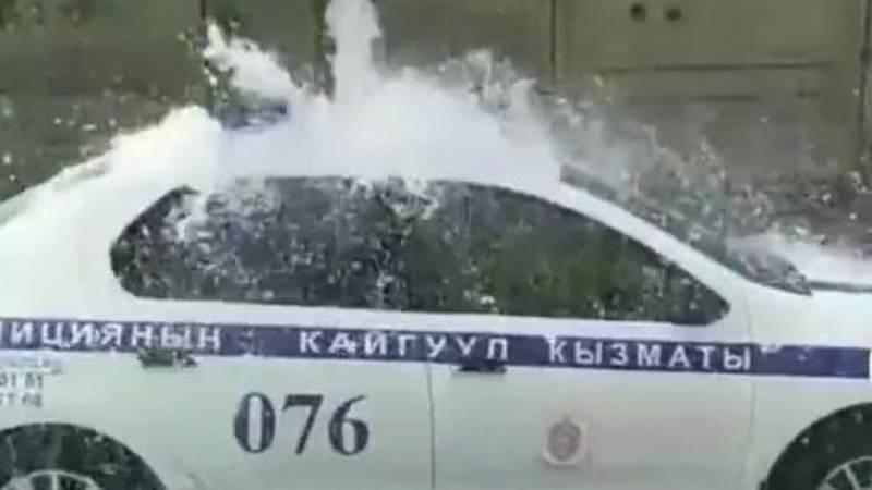 Патрульный оригинально помыл свою служебную машину. Видео