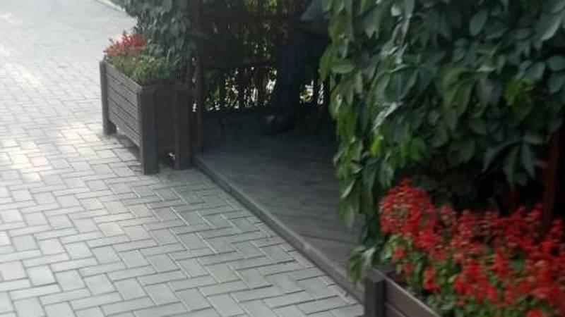 Кофейня на Медерова-Матросова не убирает столики с тротуара даже после уведомления мэрии. Фото горожанина