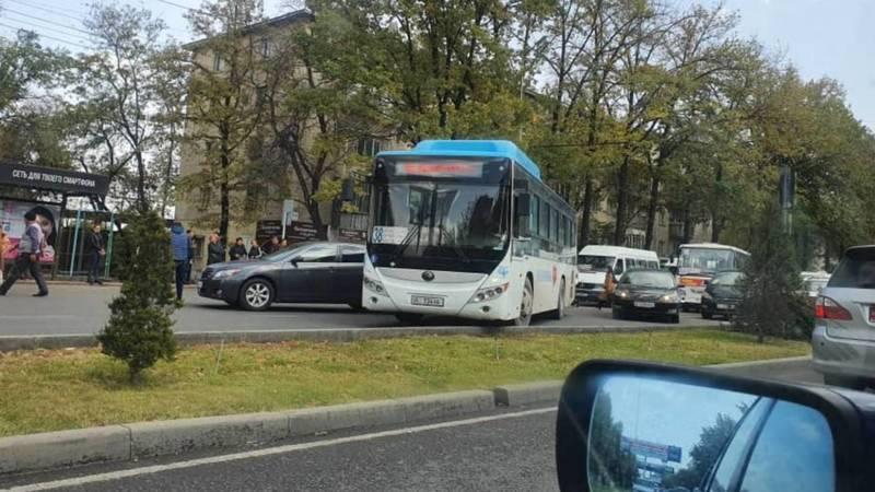 В Востоке-5 пассажирский автобус №35 попал в ДТП. Фото горожанина