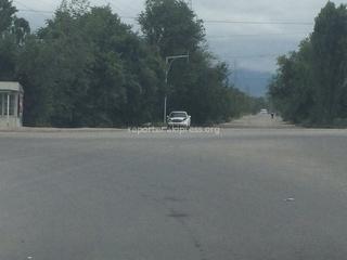 Читатель сообщает: «Почти каждый день проезжаю по Южной магистрали. Везде поставили новые светофоры, а вот несколько знаков забыли установить: на перекрестке Ак-Ордо и магистрали (если ехать с киркомстрома) нет знака главной дороги и нет знака «уступи», а с другой стороны аж два знака «главная дорога». Еще на перекрестке Ак-Орго нет знака «главная дорога» (если ехать с «Ак-Ордо»).»