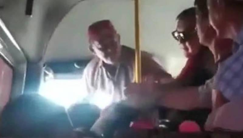 Видео — Водитель маршрутки №302 напал на пассажирку на глазах у ее детей