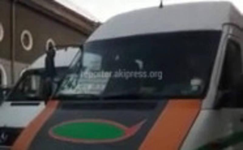 Видео — Водитель маршрутки №243 заблокировал встречную полосу и обматерил других