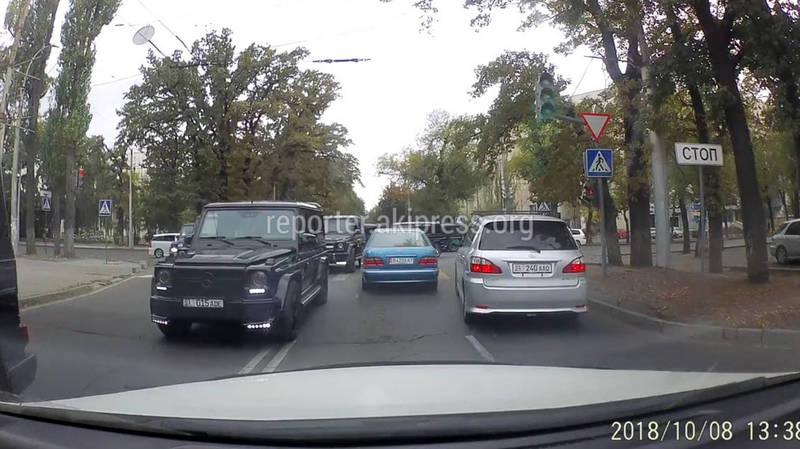 Видео — Кортеж из «Гелендвагенов» образовал затор на перекрестке Бишкека