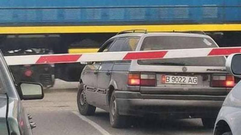 Водитель «Фольксваген Пассата» оказался на железнодорожном переезде при закрывающемся шлагбауме, - очевидец
