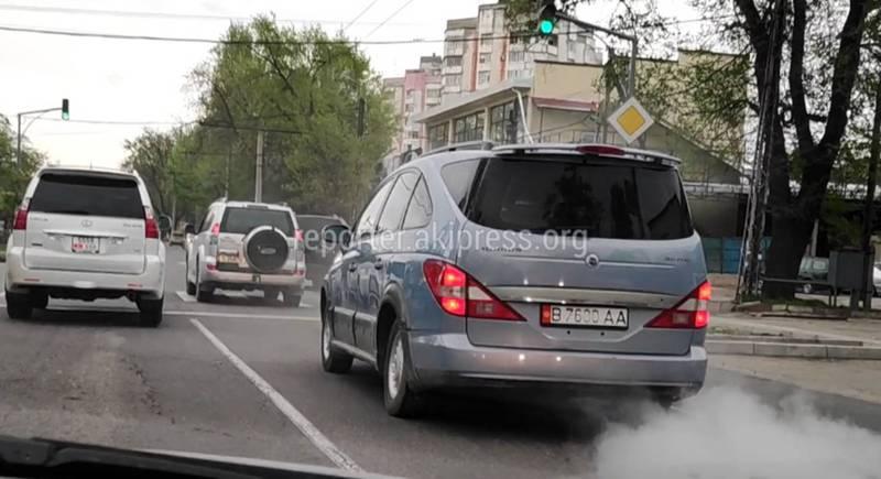На улицах Бишкеке автомобиль «Ссан Йон» сильно дымит закрывая обзор дороги (видео)