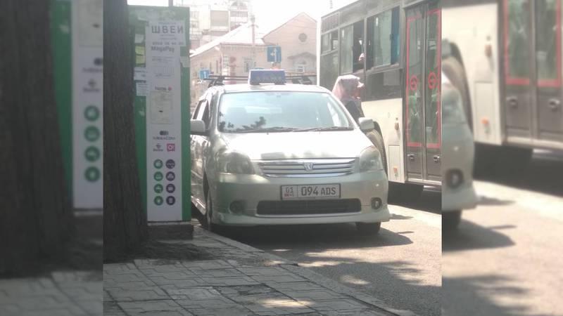 На Чуй - Абдрахманова водитель минивэна с госномером 01KG 094 ADS припарковался на остановке общественного транспорта (фото)