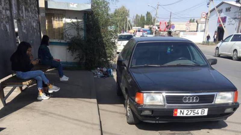 Водитель «Ауди» припарковался на автобусной остановке, мешая общественному транспорту (фото)