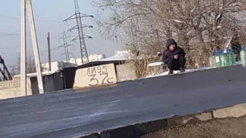 В жилмассиве Кара-Жыгач на улице продают ГСМ (фото)