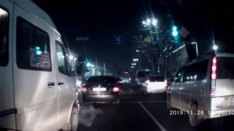 На пр.Чуй маршрутка №135 чуть не столкнулась с легковушкой, пытаясь объехать ее (видео)