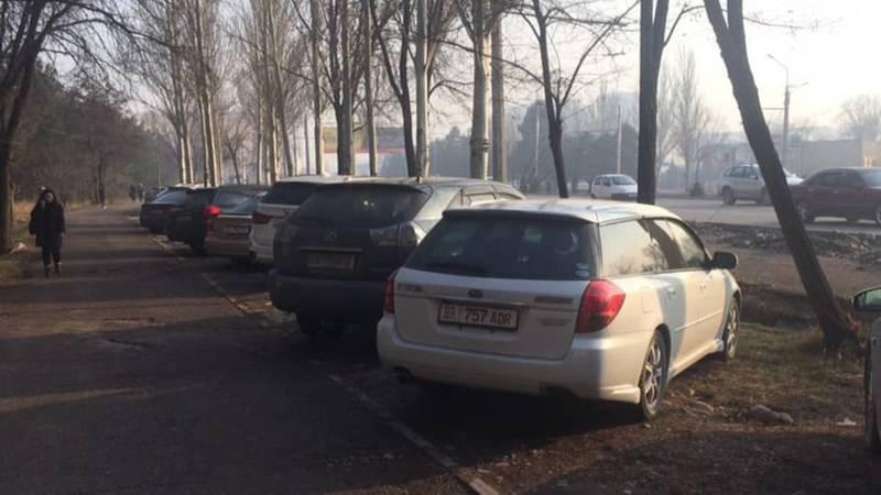 На Байтик Баатыра - Масалиева машины паркуют на газоне (фото)