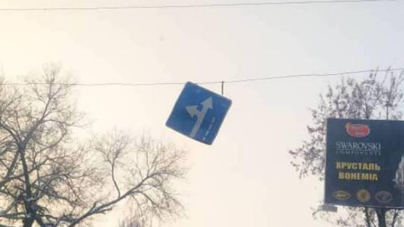 Фото — Дорожный знак на Жибек Жолу-Абдрахманова скоро отвалится