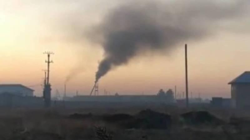 В Сокулуке из трубы неизвестного здания идет густой дым. Видео