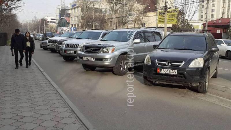 На ул.Исанова машины припарковали на тротуаре. Фото