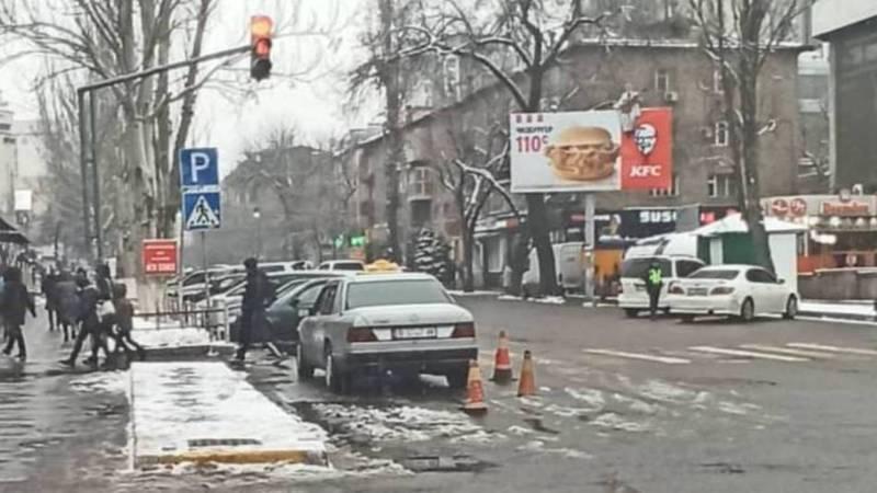Очевидец: Инспектор бездействовал в отношении таксиста, который припарковался на пешеходном переходе и огородил машину конусами