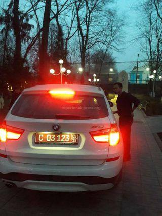 Машина ездила по тротуару в парке в городе Ош