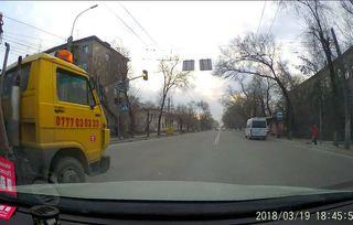 Эвакуатор, выехав на встречку, подрезала дорогу