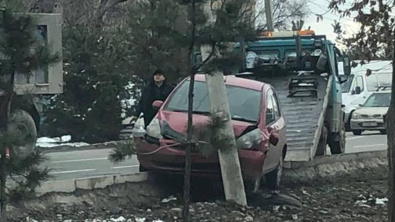На ул.Токомбаева эвакуируют машину, попавшую в ДТП. Фото