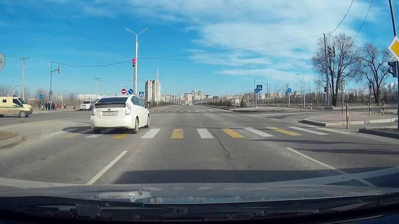 На ул.Токомбаева водитель «Тойоты» проехал на красный свет светофора. Видео