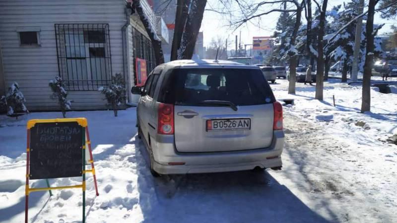 В 4 мкр водитель «Тойоты» припарковался на тротуаре. Фото