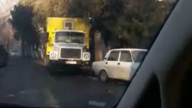 Улица Чуйкова постоянно заставлена машинами, - бишкекчанин
