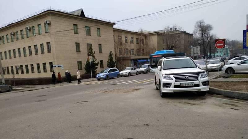 На Токтогула-Орозбекова дорога усыпана камнями, - очевидец