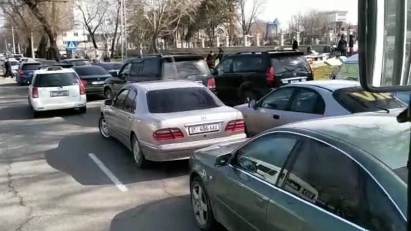 По пятницам Патрульной милиции необходимо контролировать дорожное движение и парковку возле центральной мечети, - бишкекчанин