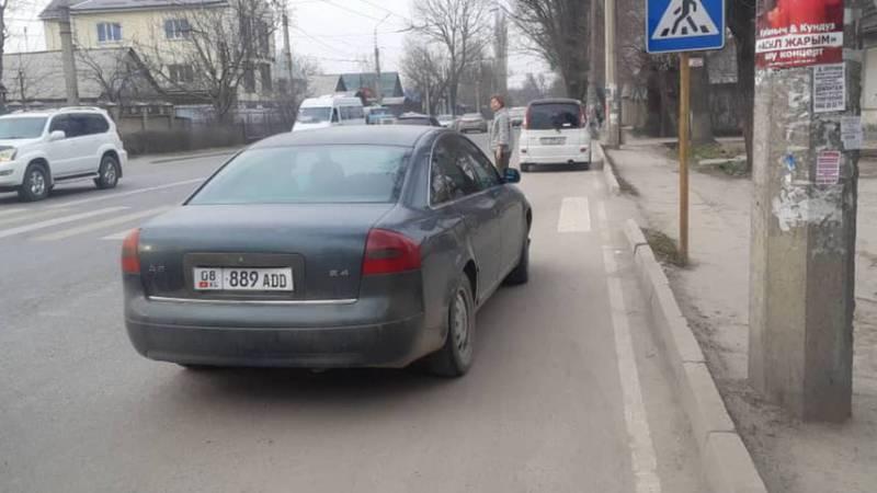 На ул.Элебесова водитель «Ауди» припарковался на проезжей части дороги. Фото