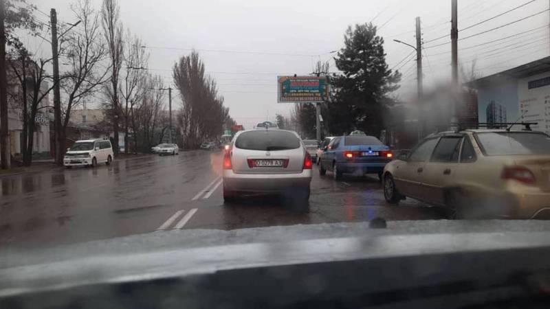 Видео — В Бишкеке сильно дымит «Ниссан»