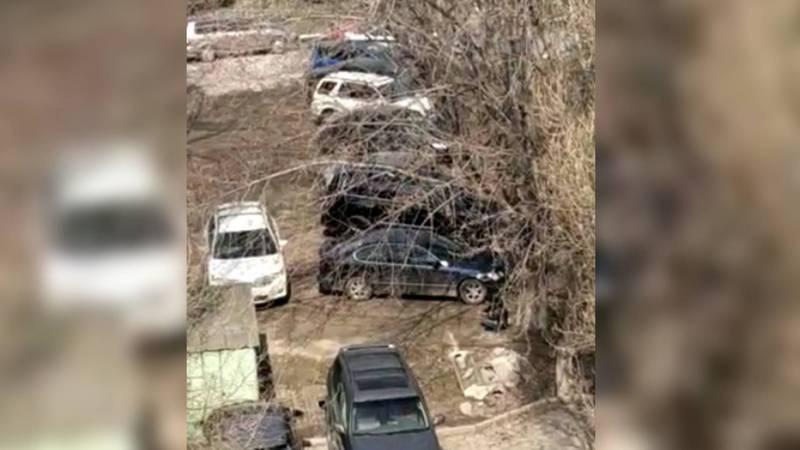 На площади Победы водители паркуются на парковой зоне, - бишкекчанин