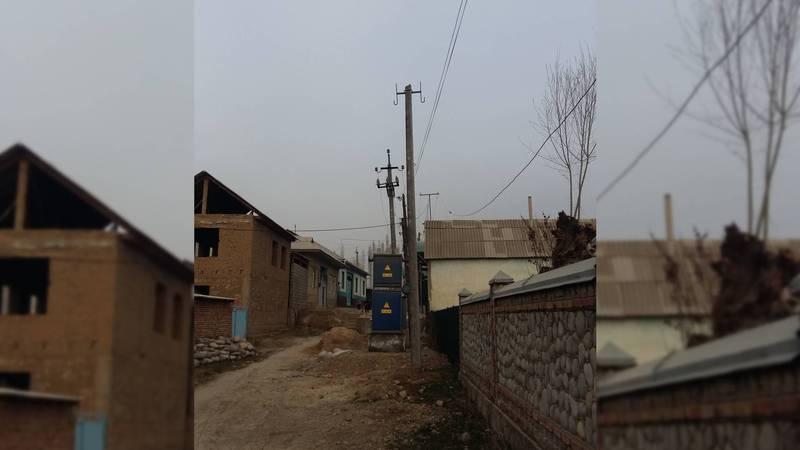 В селе Караван бетонный столб линии электропередач находится в аварийном состоянии. Фото