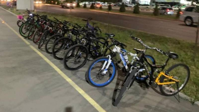 Арендаторы велосипедов заняли всю велодорожку на Южной магистрали, - горожанин. Фото