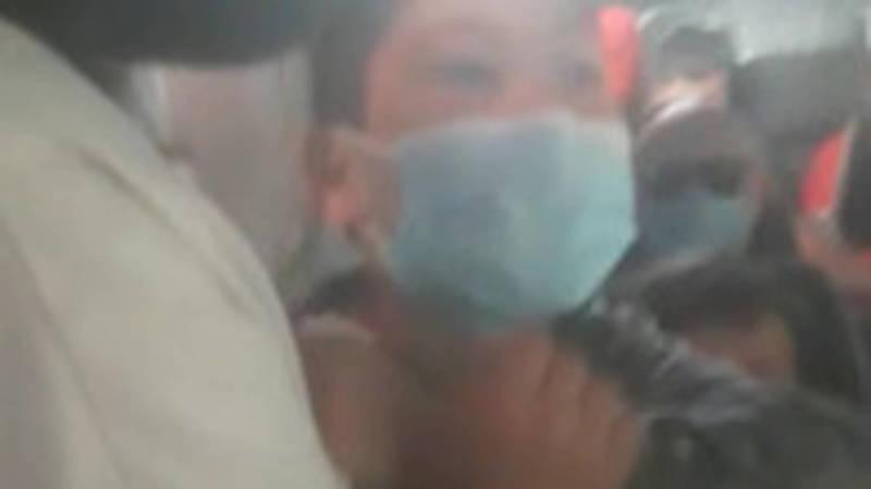 В Бишкеке маршрутка №200 забита пассажирами, часть из них без масок. Видео