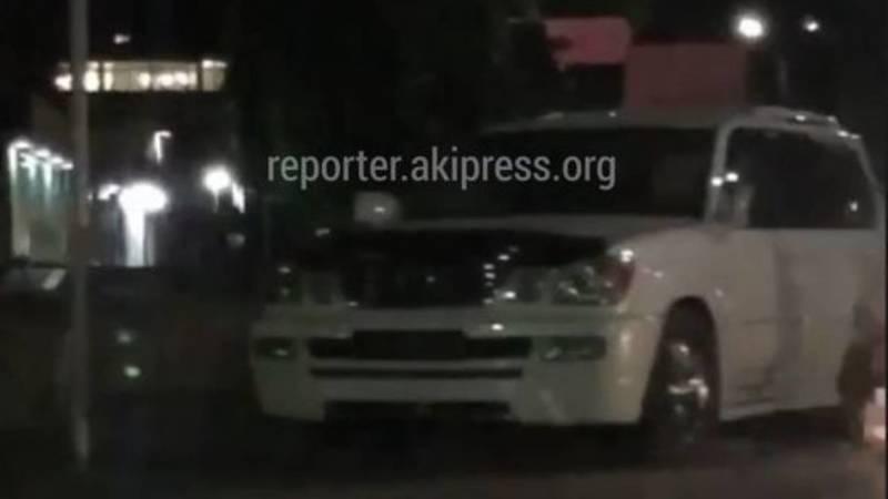 На Жукеева-Пудовкина Lexus LX 470 врезался в светофор. Видео
