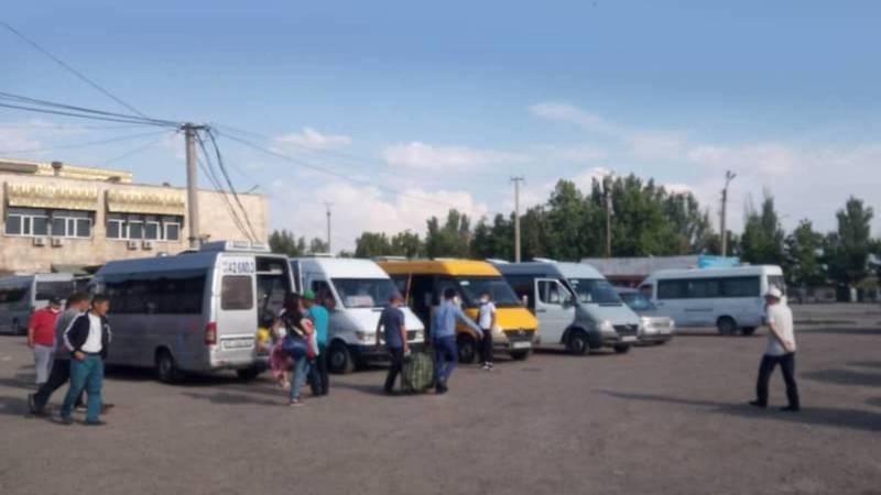 На Западном автовокзале, несмотря на запрет, маршрутки набирают пассажиров, - бишкекчанин. Фото