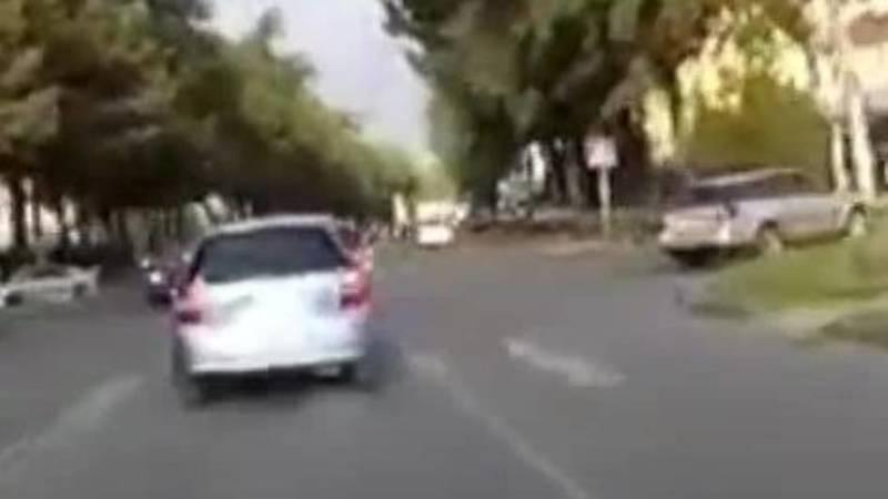 «Фит» едва не сбил велосипедиста на пешеходном переходе. Видео