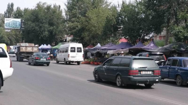 На улице Ауэзова образовалась стихийная торговля, - очевидец