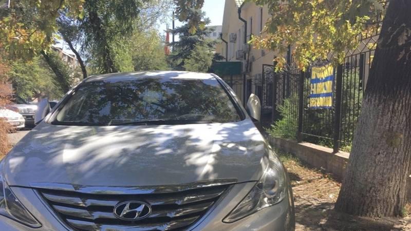 Заразная парковка: несколько машин в очередной раз припарковались на ул.Токтогула